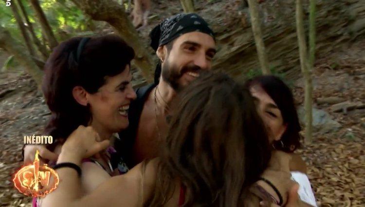 Violeta, Fabio y sus madres enfundándose en un abrazo a cuatro bandas en 'Supervivientes 2019' Foto: Telecinco
