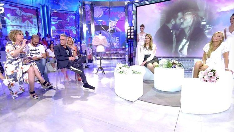 Belén Esteban con sus compañeros de programa | Foto: telecinco.es