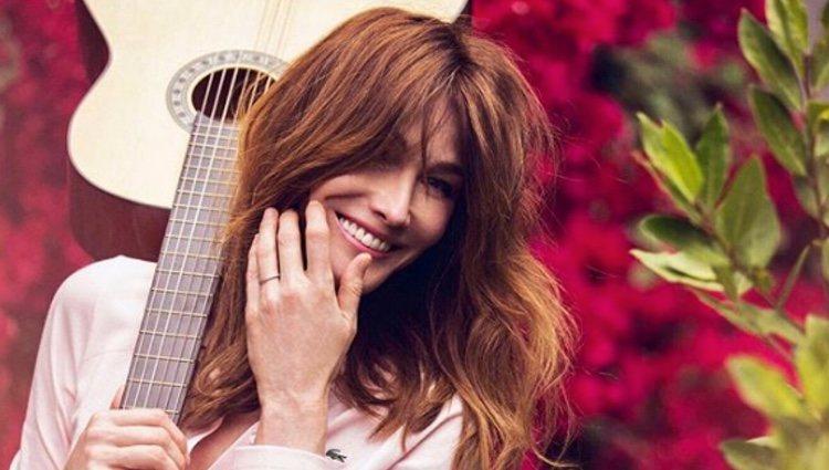 Carla Bruni posa sonriendo con su guittarra/ Foto: Instagram