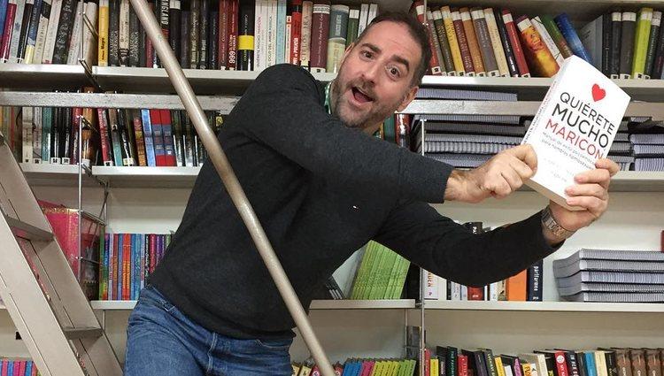 Gabriel J. Martín celebrado el éxito de su libro 'Quiérete mucho, maricón' | Instagram @gabrieljmartin