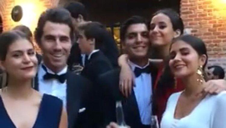 Victoria Federica rodeada de sus amigos en su puesta de largo | Foto: Instagram