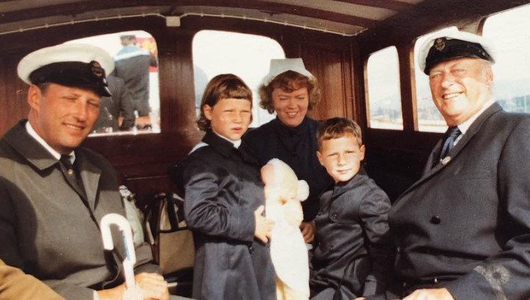 Haakon y Marta Luisa de Noruega junto a su padre y abuelo en un barco/Foto:Instagram
