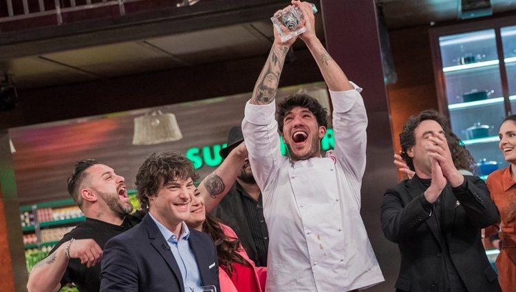 Aleix levanta el trofeo que le acredita como ganador de 'MasterChef 7'