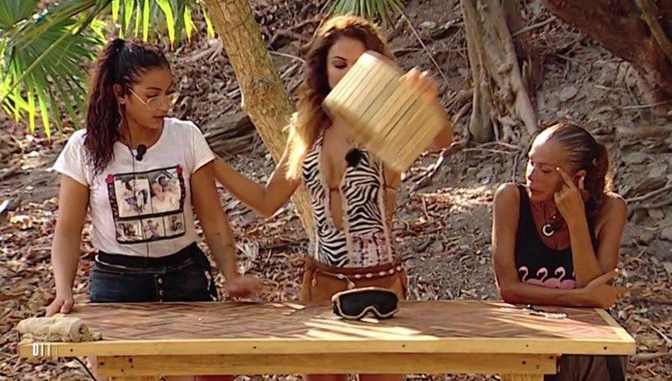 Lara Álvarez informa a Dakota Tárraga del precio a pagar por hablar con su novio en 'Supervivientes' Foto: Telecinco