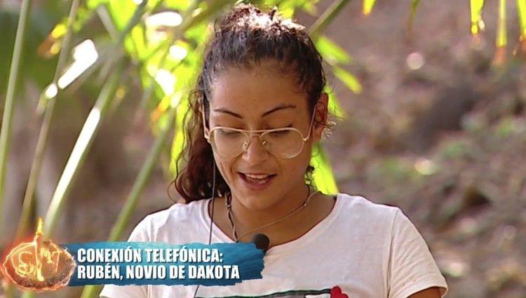Dakota Tárraga hablando con su novio tras aceptar el precio de su recompensa en 'Supervivientes' Foto: Telecinco