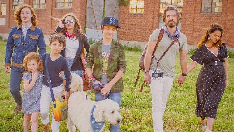 Taylor Hanson junto a su mujer y sus hijos, anuncian que están esperando su sexto hijo/Foto:Instagram