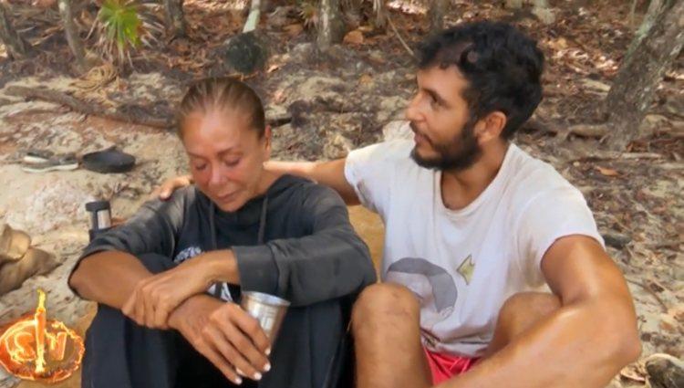 Omar siempre está al lado de la cantante para consolarla | Foto: Telecinco