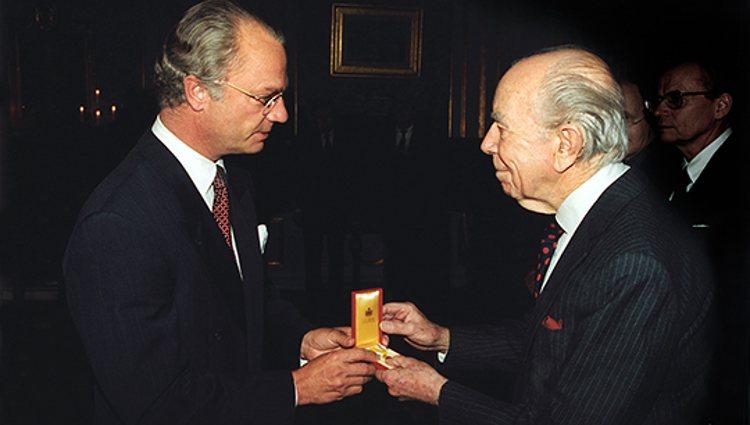 Carlos XVI Gustavo de Suecia entrega un premio a Sigvard Bernadotte   Kungahuset