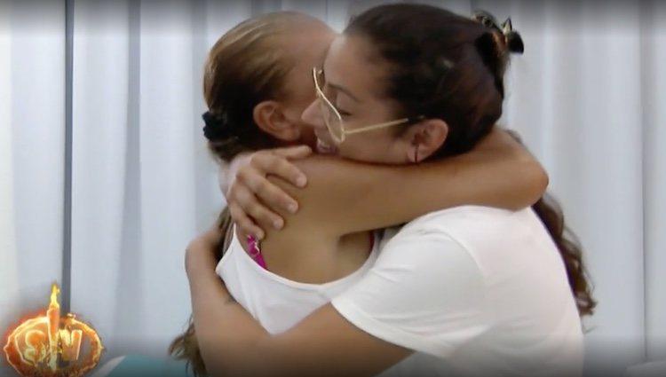 Isabel Pantoja y Dakota se abrazan en su reencuentro / Foto: Telecinco.es