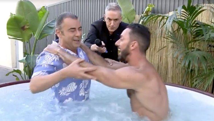 Jorge Javier y Jesús Rodríguez se sumergen en el jacuzzi / Foto: Telecinco.es