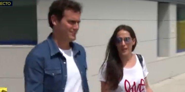 Malú y Rivera, muy sonrientes a la salida del hospital