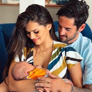 Isco y Sara Sálama miran embelesados a su hijo