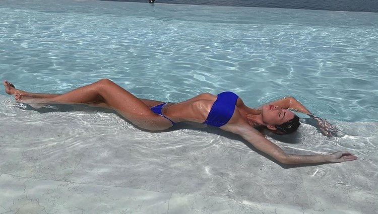 Marta López Álamo luce su figura en la piscina / Foto: Instagram