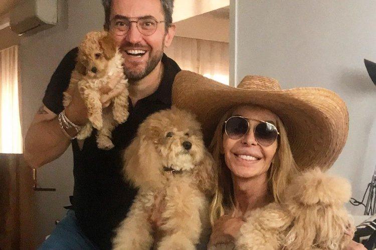 Los perros de Bibiana Fernández con su 'mamá' y Máximo Huerta
