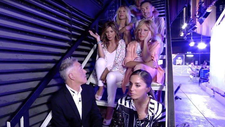Los colaboradores de 'Sálvame' se trasladan a alas escaleras en las que se produjeron las llamadas / Foto: Telecinco.es