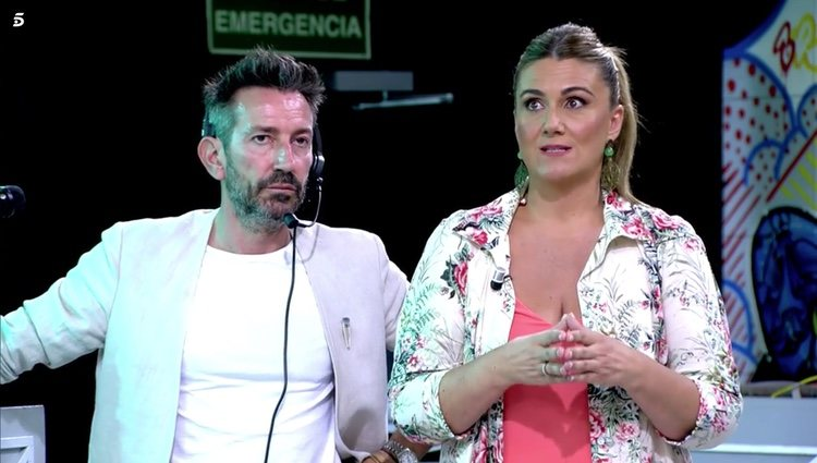 Carlota Corredera junto al director de 'Sálvame', David Valldeperas, hablando sobre Chelo García Cortés Foto: Telecinco