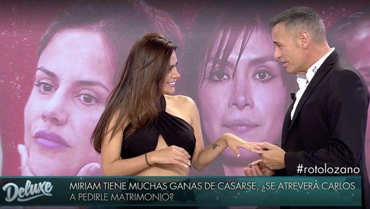 Carlos Lozano le pone el anillo a Miriam Saavedra / Foto: Telecinco.es