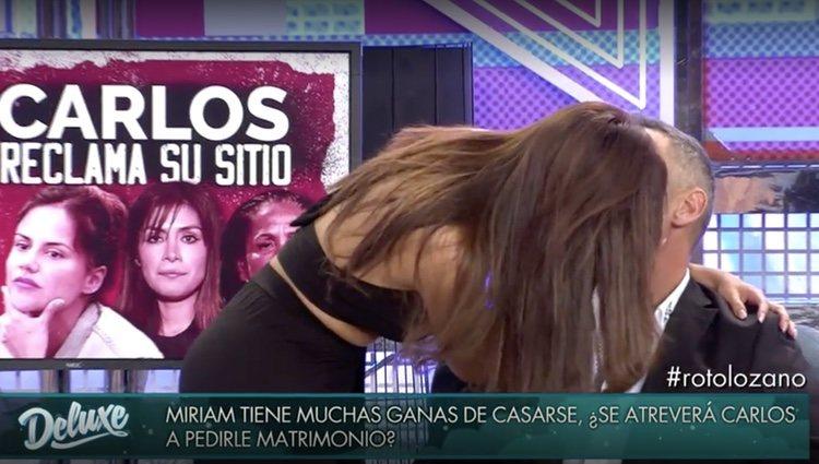 Miriam Saavedra besa a Carlos Lozano después de que este se enfade / Foto: Telecinco.es