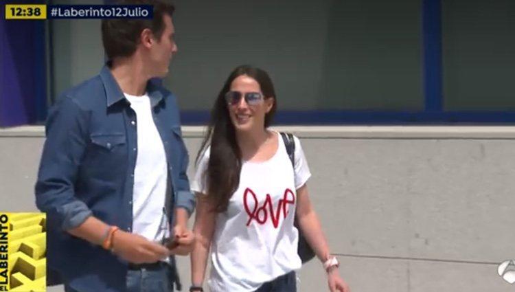 Malú acompañando a Albert a su salida del hospital / Foto: Antena 3