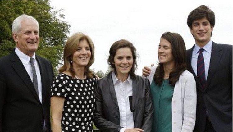 Caroline Kennedy junto a su marido y sus tres hijos, Rose, Tatiana y Jack Schlossberg/Foto:Instagram
