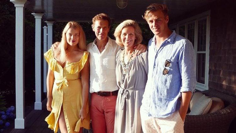 James Ogilvy posando con su esposa y sus dos hijos | Instagram