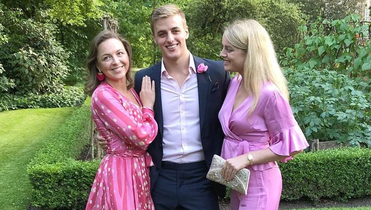 Zenouska Mowatt con sus primos, Alexander y Flora Ogilvy | Instagram
