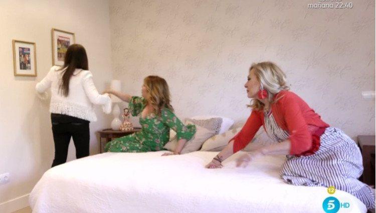 Rosa Benito, Belinda Washington y Loles León prueban la cama de Irma Soriano en 'Ven a cenar conmigo'/Foto:Mitele