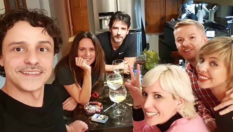 Parte del reparto de actores cenando | Instagram