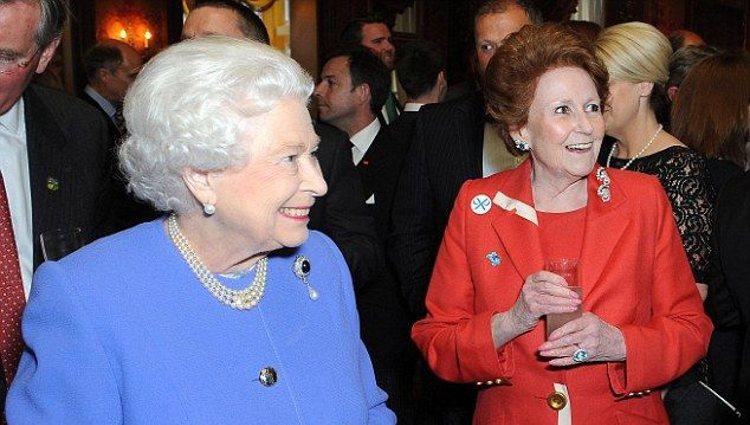 Isabel II junto a Lady Elizabeth Anson en un acto público | Pinterest