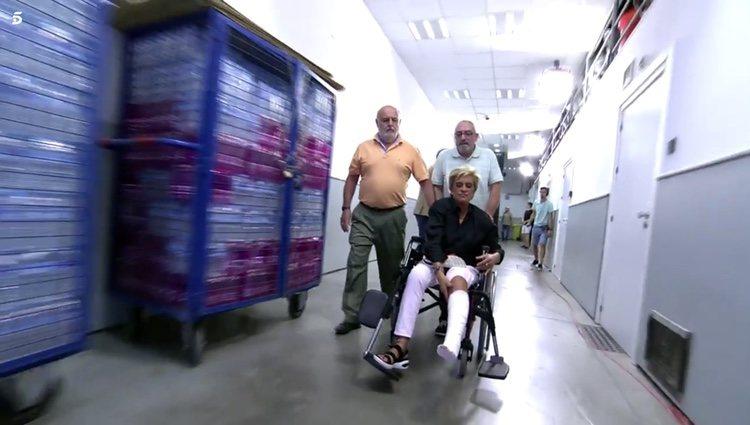 Chelo García Cortés saliendo de los estudios para acudir al hospital por el corte que sufrió en una caída Foto: Telecinco