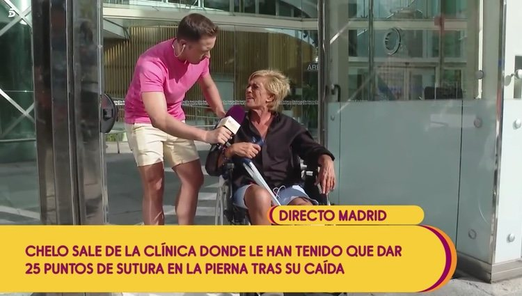 Chelo García Cortés tras recibir el alta en el hospital después de que le pusieran 28 puntos en el corte de su pierna Foto: Telecinco
