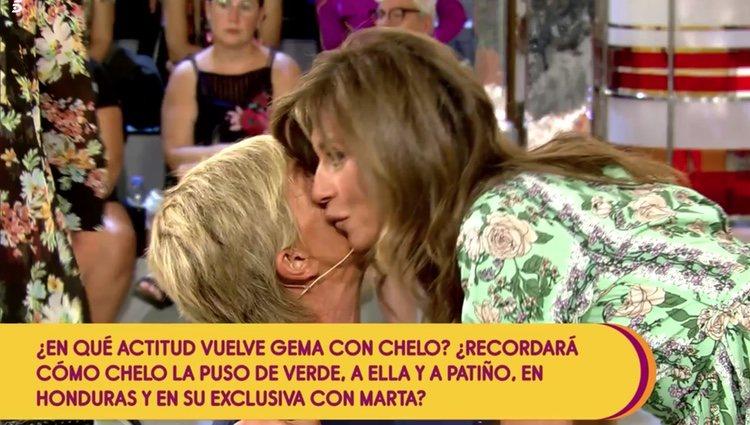 Gema López y Chelo García Cortés se reencuentran y se saludan con dos besos entre un tenso silencio Foto: Telecinco