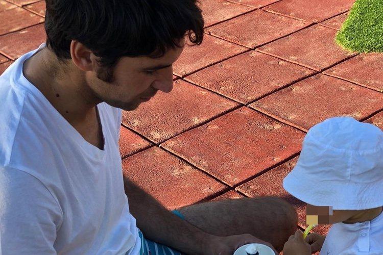 Cayetano Rivera comiendo un helado con su hijo/ Foto: Instagram