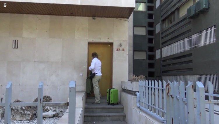 Bigote Arrocet abandonando su casa de nuevo con maleta Foto: Telecinco