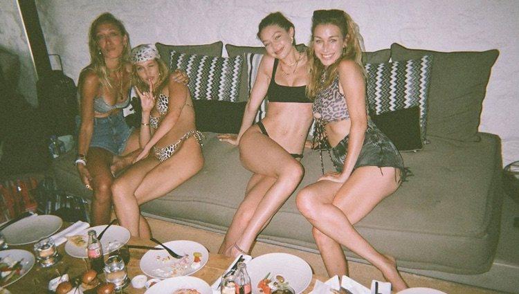 Gigi y Bella Hadid de vacaciones en Mykonos / Foto: Instagram