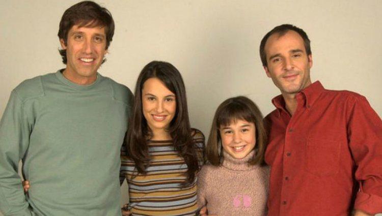 Nadia de Santiago junto al resto del elenco de 'Javier ya no vive solo' | telecinco.es
