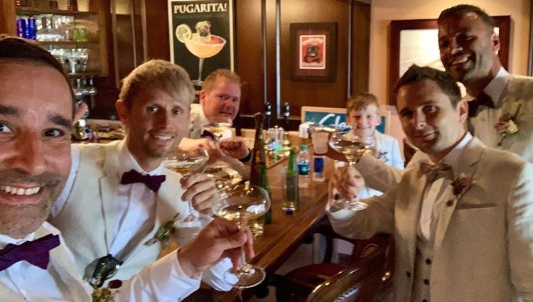 Matt Bellamy junto a sus amigos y su hijo en lel día de su boda Foto: @mattbellamy