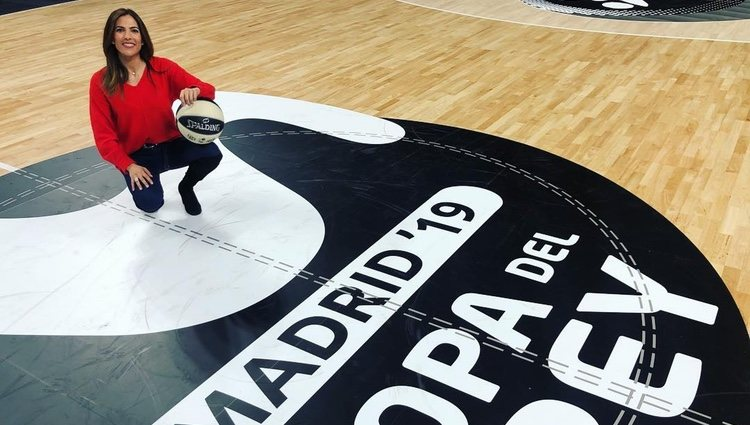 Mª Victoria Albertos en una cancha de baloncesto