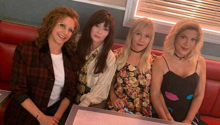 Shannen Doherty y Jennie Garth acompañadas del resto de chicas del reparto   Instagram