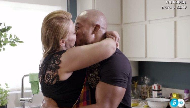 Raquel Mosquera e Isi se besan apasionadamente en la cocina de su casa/Foto:Telecinco