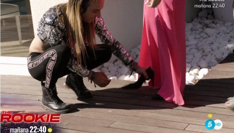 Aless Gibaja ayuda a Rosa López tras engancharse los zapatos con el suelo/Foto:Telecinco