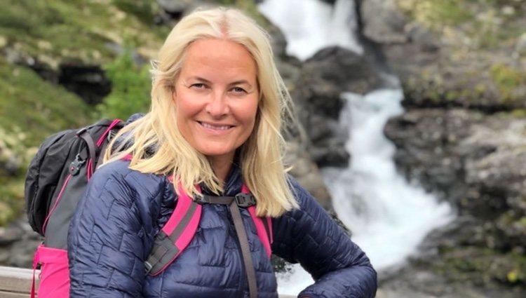 Mette-Marit de Noruega posa delante de una cascada