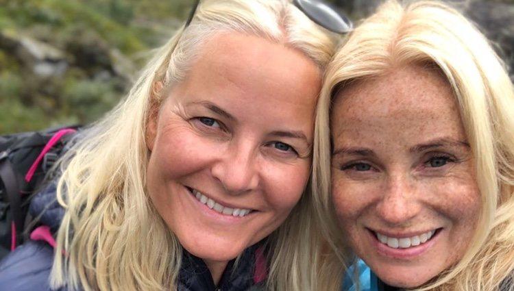 Mette-Marit de Noruega con su acompañante en sus vacaciones