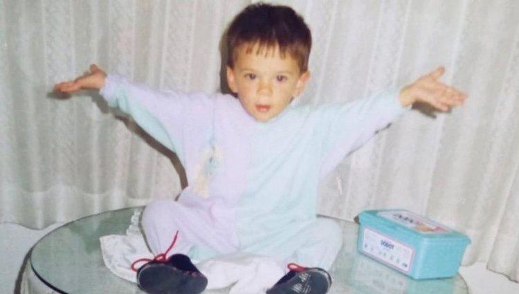 Álvaro Rico de pequeño, la foto que compartió el actor en su cumpleaños y que Ester Expósito utilizó para felicitarle Foto: Instagram @alvaroricoladera