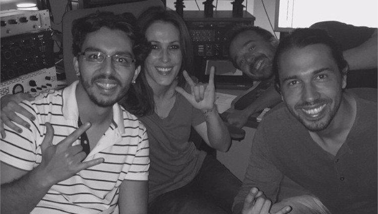 José de Lucía (a la derecha de la imagen), junto a su hermana y otros miembros del equipo artístico en una de sus giras / Foto:Instagram