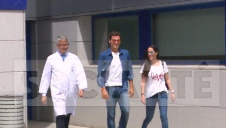 Albert Rivera, acompañado de Malú y su médico a la salida del hospital / Foto: Telecinco