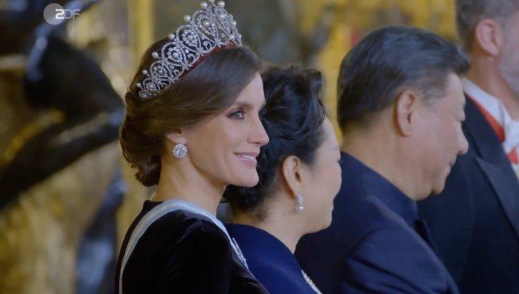 También se puede ver a la Reina Letizia en múltiples actos   Foto: ZDF
