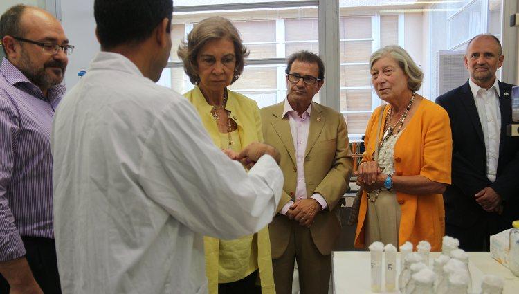La Reina Sofía y Tatiana Radziwill visitan un laboratorio de la Universidad de las Islas Baleares | UIB