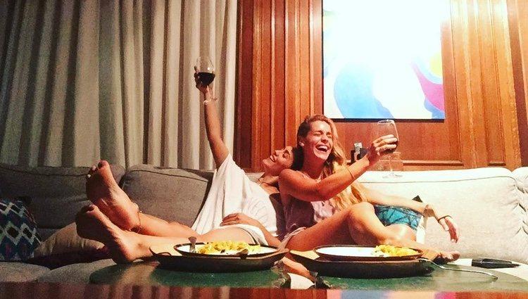 Megan Montaner y Alejandra Onieva brindando | Instagram