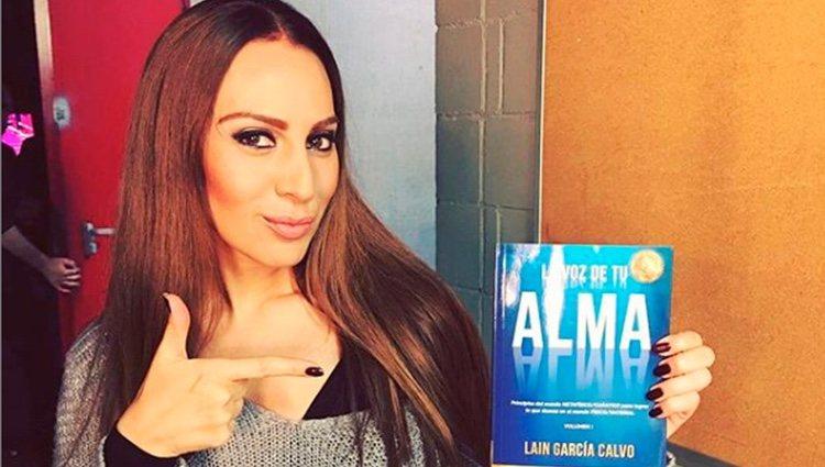 Mónica Naranjo con el libro de Laín García Calvo/ Foto: Instagram
